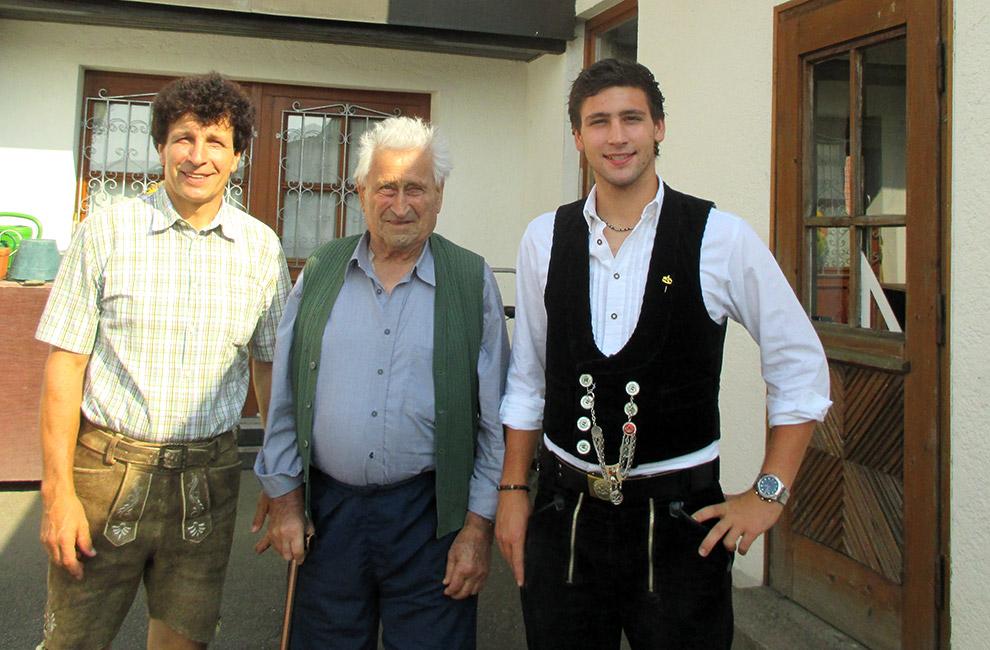 Familie Pöschl vor der Zimmerei bei Landshut